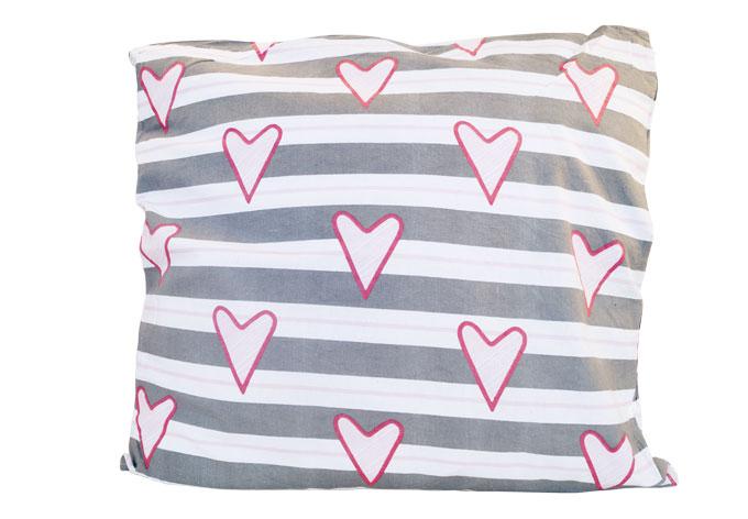 kissen lay kleine herzen auf streifen wall. Black Bedroom Furniture Sets. Home Design Ideas