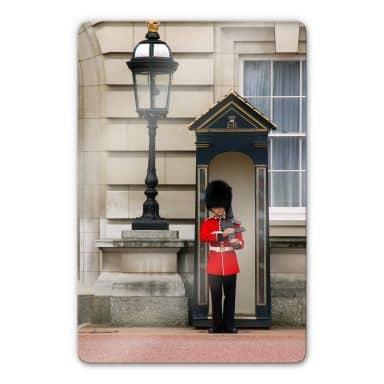 Glasbild Guarding the Buckingham Palace