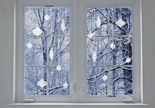 fensterdeko weihnachtskugeln deko f r fenster zu. Black Bedroom Furniture Sets. Home Design Ideas