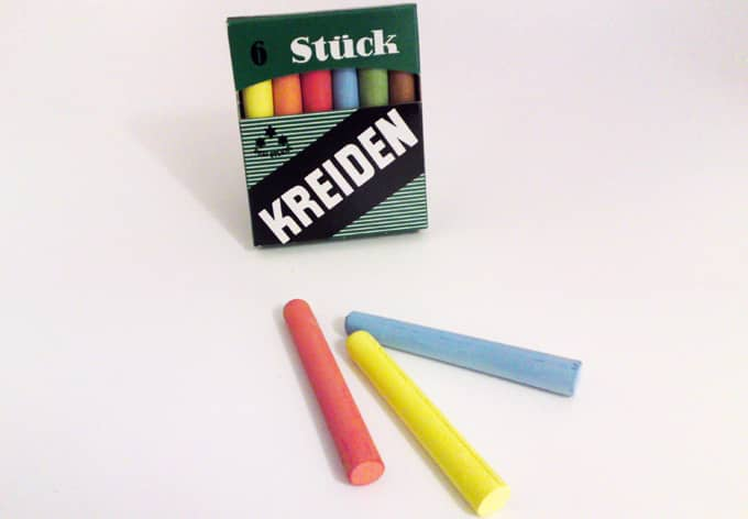 6 pieces of chalk -colours
