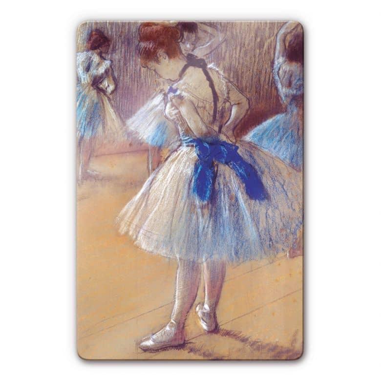 Glasbild Degas - Tänzerin beim Binden der Schleife