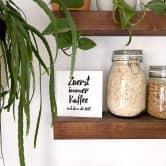 Holzbild zum Hinstellen - Zuerst immer Kaffee und dann die Welt - 15x15 cm