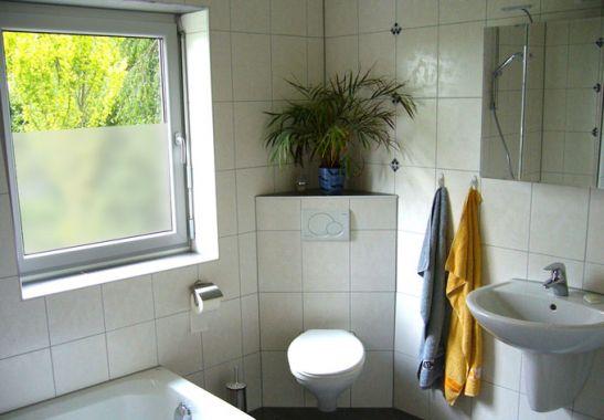sichtschutz badezimmerfenster raum und m beldesign inspiration. Black Bedroom Furniture Sets. Home Design Ideas